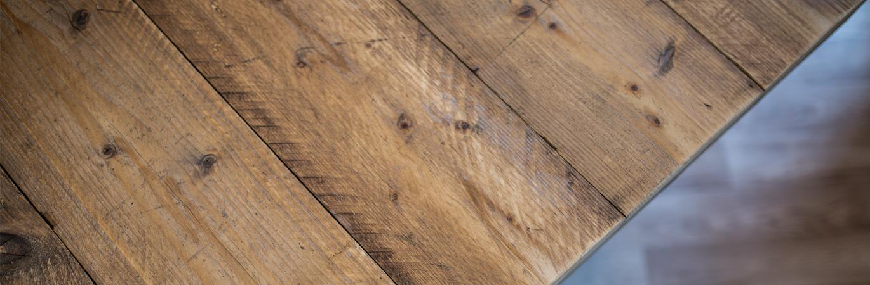 Tische aus recyceltem oder neuem Gerüstholz